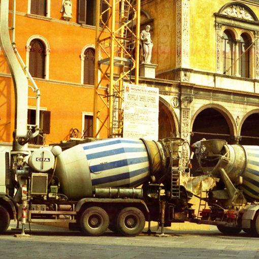 pompaggio di calcestruzzo preconfezionato a base di perlite espansa Perlideck con betoniera