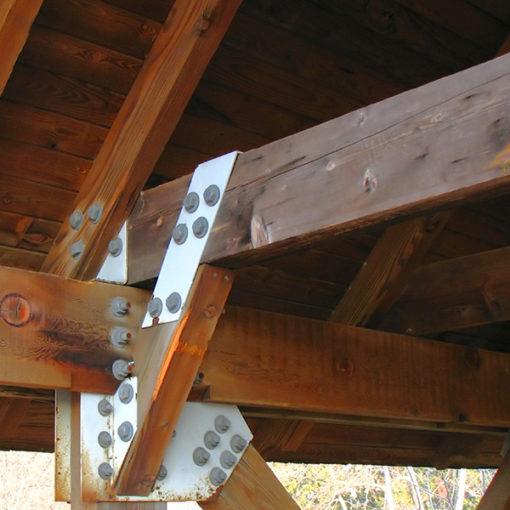 trattamento di resistenza al fuoco su travi e copertura in legno realizzato con vernice intumescente