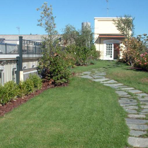 tetto giardino realizzato con sistema Perliroof intensivo a prato, arbusti e piccoli alberi - edificio a uso uffici - Legnano (MI)