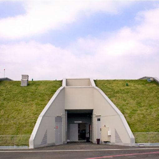 tetto verde con copertura a prato inclinata - eliporto - Como